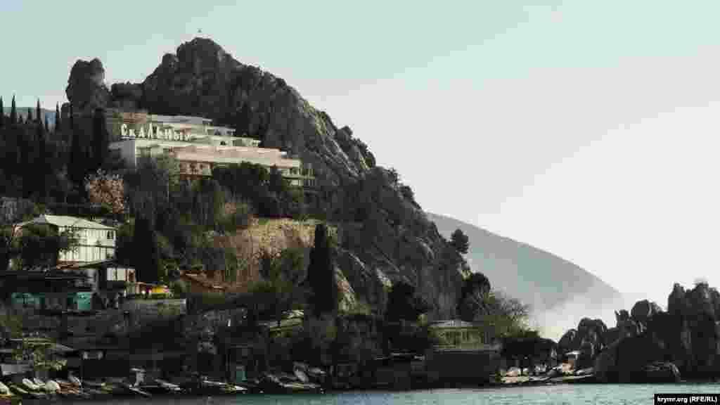 Скелястий берег– одна з відмінних рис Південного узбережжя Криму. Місцеві жителі готують човни в очікуванні теплої погоди. Над Чеховським пляжем височіє готель «Скельний»