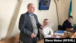 Журналист Олег Гусев (на переднем плане) в суде, где он выступал ответчиком по иску компании «АрселорМиттал Темиртау». Темиртау, 28 января 2019 года.