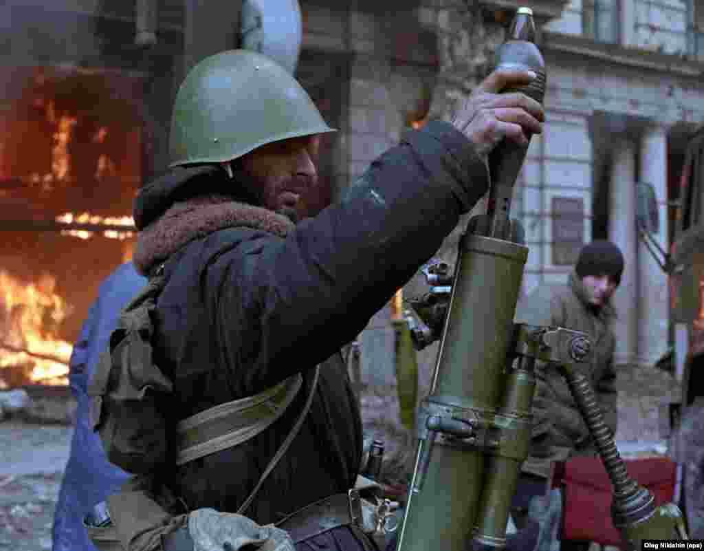 Боевик заряжает миномет в центре Тбилиси во время выступления против власти президента Грузии Звиада Гамсахурдия, декабрь 1991 года. В январе 1992 года в результате длительного и кровавого переворота, также известного как «тбилисская война», Гамсахурдия был свергнут