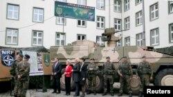 ՆԱՏՕ-ի պաշտպանության նախարարները` Էշթոն Քարթերը (ԱՄՆ), Ուրսուլա ֆոն դեռ Լեյենը (Գերմանիա), Ժենին Հենիս-Պլաշերտը (Հոլանդիա), Էրիկսեն Սորեյդեն (Նորվեգիա) այցելել են Բարձր պատրաստության կենտրոն, Մյունետցեր, Գերմանիա, 22-ը հունիսի, 2015թ.