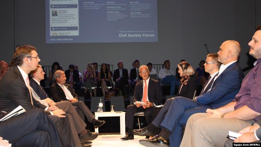 Kryeministri i Serbisë, Aleksandër Vuçiq (majtas) dhe ai i Shqipërisë, Edi Rama, gjatë një takimi të mëhershëm në Vjenë, gusht 2015