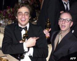 Бенисио Дел Торо и Стивън Содърбърг с Оскарите си за поддържаща роля и най-добър режисьор, 25 март 2001 г.