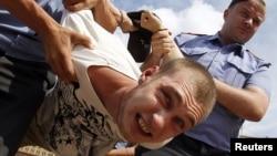 Задержание участника акции в поддержку Таисии Осиповой в Москве
