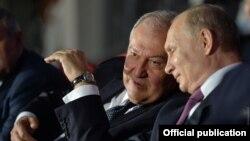 Президенты Армении и России - Армен Саркисян (слева) и Владимир Путин