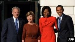 Аз чап --Президент Ҷорҷ Буш, ҳамсари ӯ Лора, Мишел Обама ва ҳамсари ӯ -- президенти баргузидаи Амрико Барак Обама дар Кохи Сафед, 10 ноябри соли 2008.