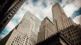 """Сградата на """"Пайн стрийт"""" 20 (вляво от центъра) е луксозен комплекс с апартаменти във финансовия район на Ню Йорк"""