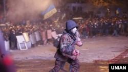 Наразылық акциясына қатысушылардың бірі. Киев, 19 қаңтар 2014 жыл