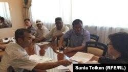 Бывшие работники нефтяной компании «Каражанбасмунай» во время встречи с заместителем акима Мангистауской области Шолпан Ильмуханбетовой. Актау, 27 июня 2016 года.
