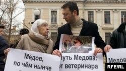 Магомед Хазбиев (справа) и глава Московской Хельсинкской группы Людмила Алексеева на одном из правозащитных пикетов в Москве