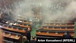 Парламент жиынында оппозиция көзден жас ағызатын газ қолданды. Косово, наурыз 2016 жыл.