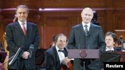 Premierul Vladimir Putin și Valery Gergiev alături la deschiderea Concursului Ceaikovsky în 2011