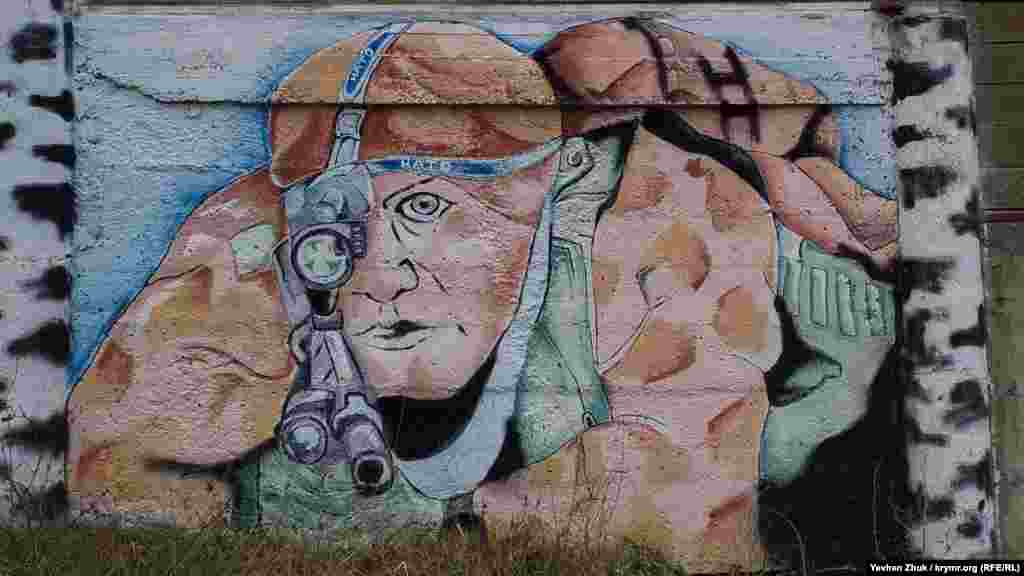 На одному з графіті у Севастополі зображений снайпер НАТО серед беріз