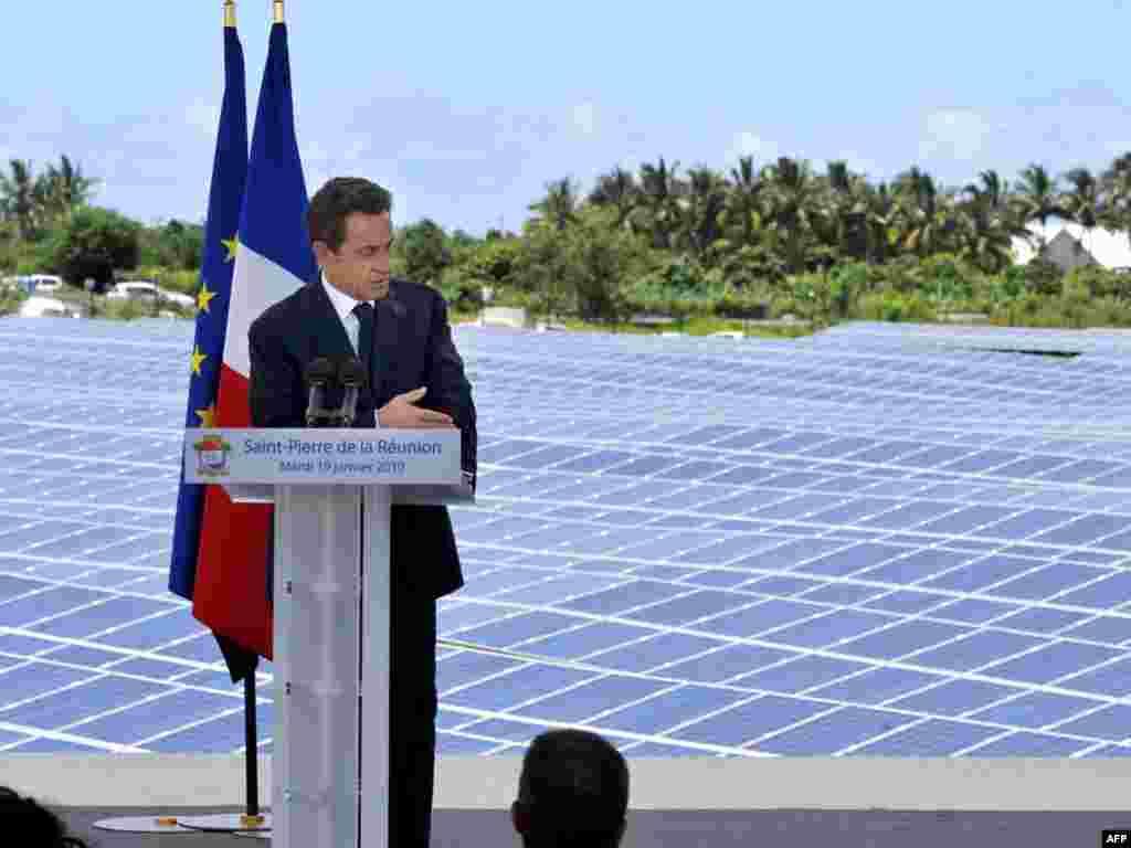Прэзыдэнт Францыі Нікаля Сарказі выступае з прамовай на адкрыцьці сонечнай элетрастанцыі на востраве Рэюньён.