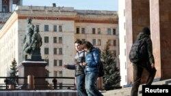 Студенты спускаются по лестнице учебного корпуса МГУ.