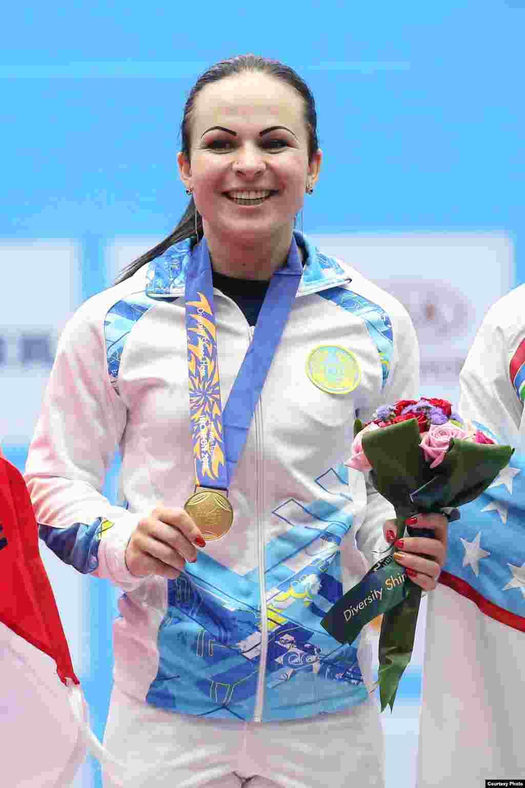 Казахстанская тяжелоатлетка Маргарита Елисеева (48 килограммов) поднялась на первую ступень пьедестала. Инчхон, 20 сентября 2014 года. Фото пресс-службы комитета спорта и физической культуры.