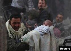 """Сирийские повстанцы утверждают, что правительственные ВВС регулярно сбрасывают на Алеппо """"бочковые бомбы"""""""