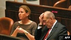 اهود اولمرت، نخست وزیر اسرائیل همراه با تزیپی لیونی، از نامزدهای اصلی برای جانشینی اش.(عکس: AFP)