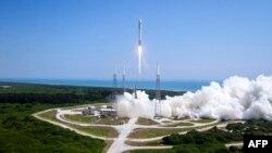Х-37В спутнигин Atlas V ракетсы космоско алып жөнөгөн учур. Канаверал тумшугундагы космодром. Флорида. 20-май 2015