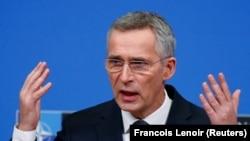 Йенс Столтенберг ҳангоми суханронӣ дар як нишасти хабарӣ дар Брюссел дар рӯзи 13-умти феврали соли 2020.