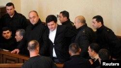 Тбилисский суд оправдал сегодня восьмерых высокопоставленных военных чиновников во главе с экс-министром оброны Бачо Ахалая. Чиновников освободили прямо в зале суда, Ахалая оставили в заключении по другим обвинениям