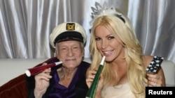 """Основатель """"Плейбоя"""" 86-летний Хью Хефнер и его невеста, 26-летняя Кристал Харрис, 2012"""