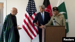 John Kerry (centru), preşedintele afgan Hamid Karzai (stânga) şi şeful armatei Pakistanului, Ashfaq Parvez Kayani, la întâlnirea de la Bruxelles
