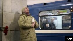 Տարեց կինը ծաղիկներ է դրել, ի հիշատակ Սանկտ Պետերբուրգի մետրոպոլիտենում տեղի ունեցած ահաբեկչության զոհերի