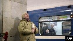 Женщина плачет на месте теракта в Санкт-Петербурге. 4 апреля 2017 года.