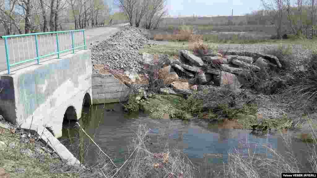 Ограждение из камней на мосту на реке Нура в селе Чкалово не спасло ситуацию, село всё равно подтопило.