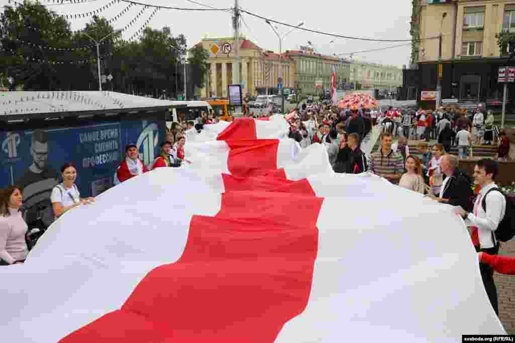 """Александр Лукашенко беларустарды Гроднодогу митингде күч кызматкерлеринин """"каталарын кечирүүгө"""" чакырды. Бул күч кызматкерлери 9-августтагы шайлоодон кийин демонстранттарды сабаган эле."""