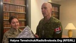 Командувач Сухопутних військ Збройних сил Канади генерал-лейтенант Уейн Ейр спілкується із українськими військовими.15 січня 2020 року