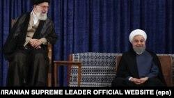 Președintele Hassan Rouhani (dr.) și liderul suprem iranian Ali Khamenei