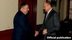 Министр обороны Армении Сейран Оганян (справа) принимает посла Грузии в Армении Тенгиза Шарманашвили, 19 февраля 2016 г․