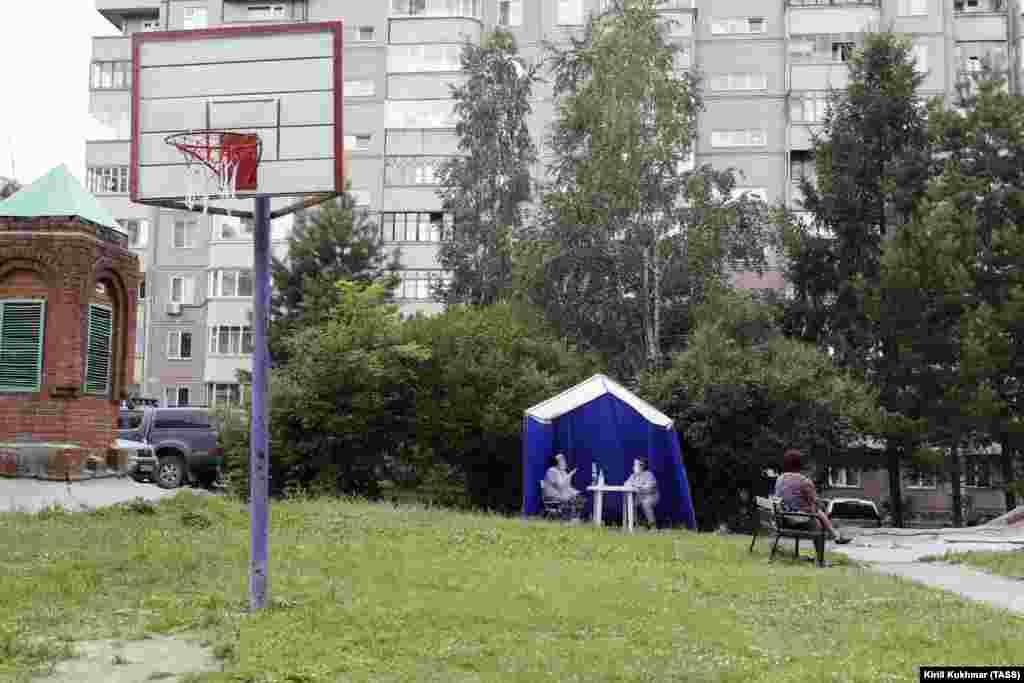 Избирачки шатор во сибирскиот град Новосибирск на 25 јуни