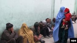 آرشیف، افغانهای نیازمند در انتظار دریافت کمک