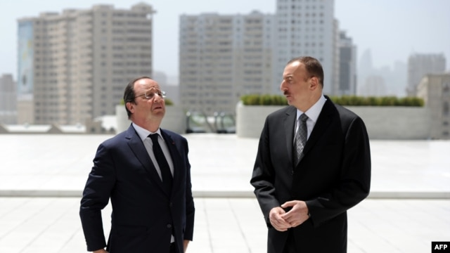 Azerbaijan -- French President Francois Hollande (L) and Azerbaijani President Ilham Aliyev arrive to attend the final cession of the French-Azerbaidjani economic forum on May 12, 2014 at Centre Heydar Aliyev in Baku.