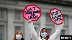 درخواستها برای کاهش تحریمهای ایران در طول بحران کرونا بیشتر شده است؛ تصویری از دو معترض به تحریمها در برابر کاخ سفید