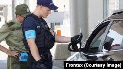 Сотрудник Европейской пограничной службы проверяет водительские документы (иллюстративное фото)