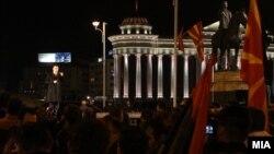 """Претседателот на ВМРО-ДПМНЕ Никола Груевски ја прослави победата на локалните избори 2013 на плоштадот """"Македонија"""" во Скопје."""