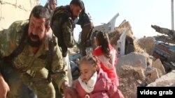 Banorë të Alepos largohen nga qyteti derisa forcat qeveritare avancojnë drejt qytetit