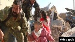 Люди пытаются бежать из Алеппо по мере того, как наступление войск Асада наращивается