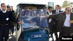 Либискиот лидер Моамер Гадафи ја вози својата количка во Триполи
