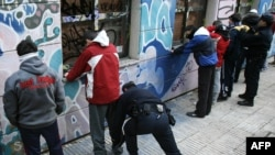 Полицейские обыскивают подростков, подозреваемых в принадлежности к банде. Один из мадридских пригородов.