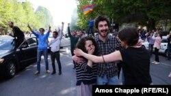 Протестующие ликуют своей победе. Ереван. 23 апреля 2018 год.