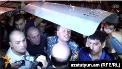 Начальник полиции Армении Владимир Гаспарян говорит с демонстрантами. 27 июня 2015 года.