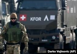 Një ushtar i KFOR-it qëndron pranë një konvoji në afërsi të Leposaviqit. Dhjetor, 2018.