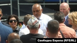 Премиерът Бойко Борисов общува с граждани при обиколките си из страната