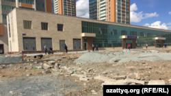 Работы по благоустройству у дома по улице Шокана Уалиханова, где акимат предоставил арендное жилье социально уязвимым категориям граждан. Нур-Султан, 21 мая 2020 года.