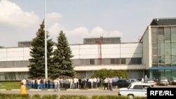 Одна из акций протеста работников АвтоВАЗа у здания заводоуправления