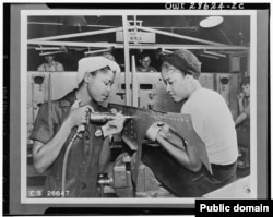 Афроамериканки Люделл Митчелл и Лавада Черри в цеху завода авиастроительной компании Douglas в Эль-Сегундо, Калифорния. 1944. Из коллекции Библиотеки Конгресса США.
